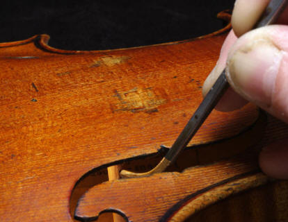 http://www.luthier-sauret.fr/photos08_05/mainSylvie.jpg